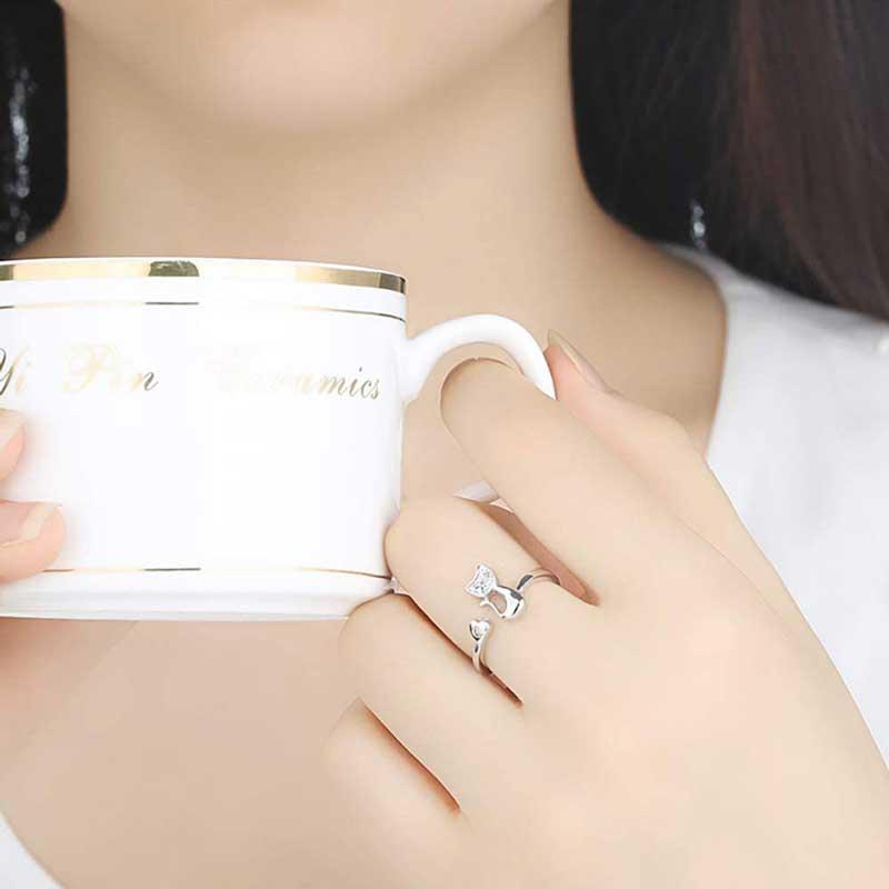 Mujer luciendo su anillo de gato