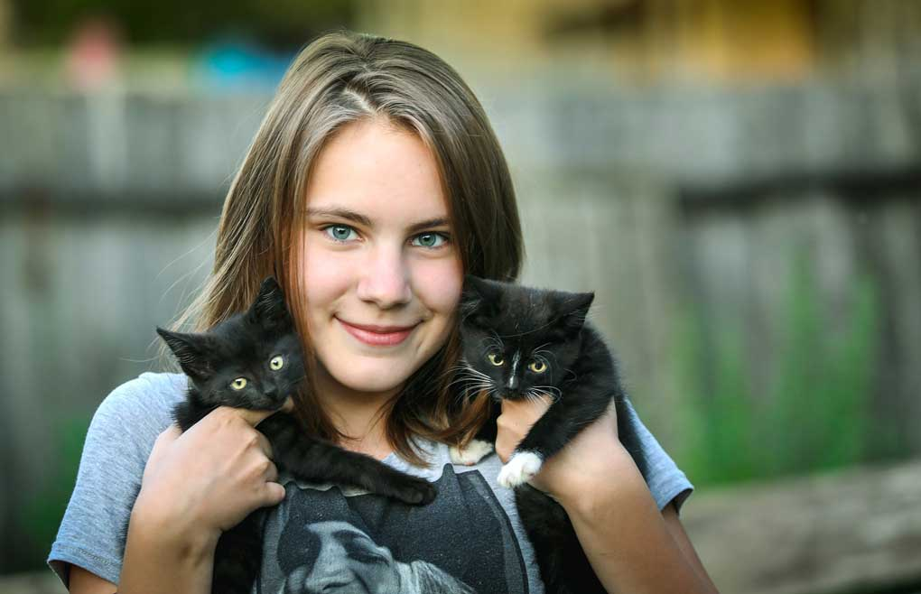 Mujer cuidando a sus gatitos